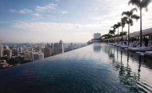 обои интерьер, дизайн, стиль, офис дом скачать обои на рабочий стол отель, marina bay sands, hotel, сингапур, бассейн на краю на фоне город