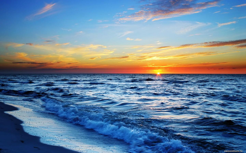 Скачать бесплатно обои для рабочего стола солнечный пляж и море.