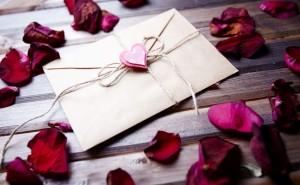 Письмо любви сердце лепестки роза конверт на столе любовь романтика обои выского качества скачать на рабочий стол