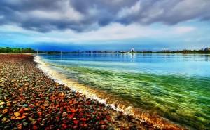 Пляж с камнями на рабочий стол море обои
