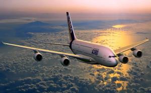 Самолет а380 в небе на закате