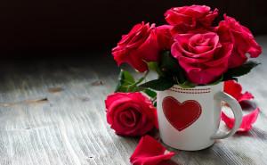 Розы в кружке любовь романтика обои выского качества скачать на рабочий стол