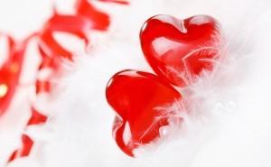 Красное сердце в перьях