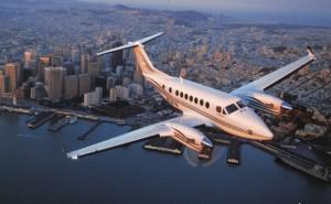 Самолет над городом в полете вода город закат