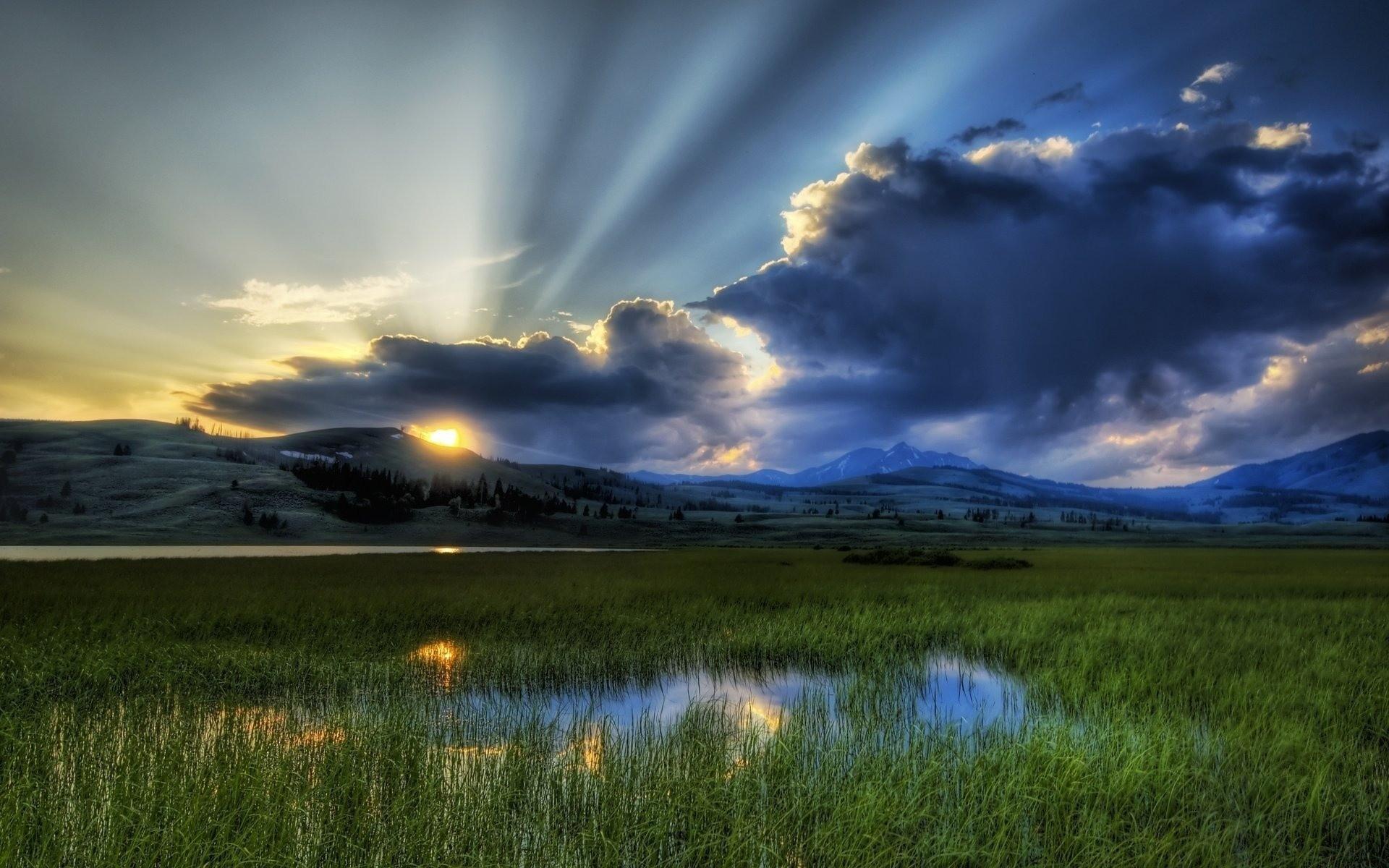 <p>Озеро в горах</p>