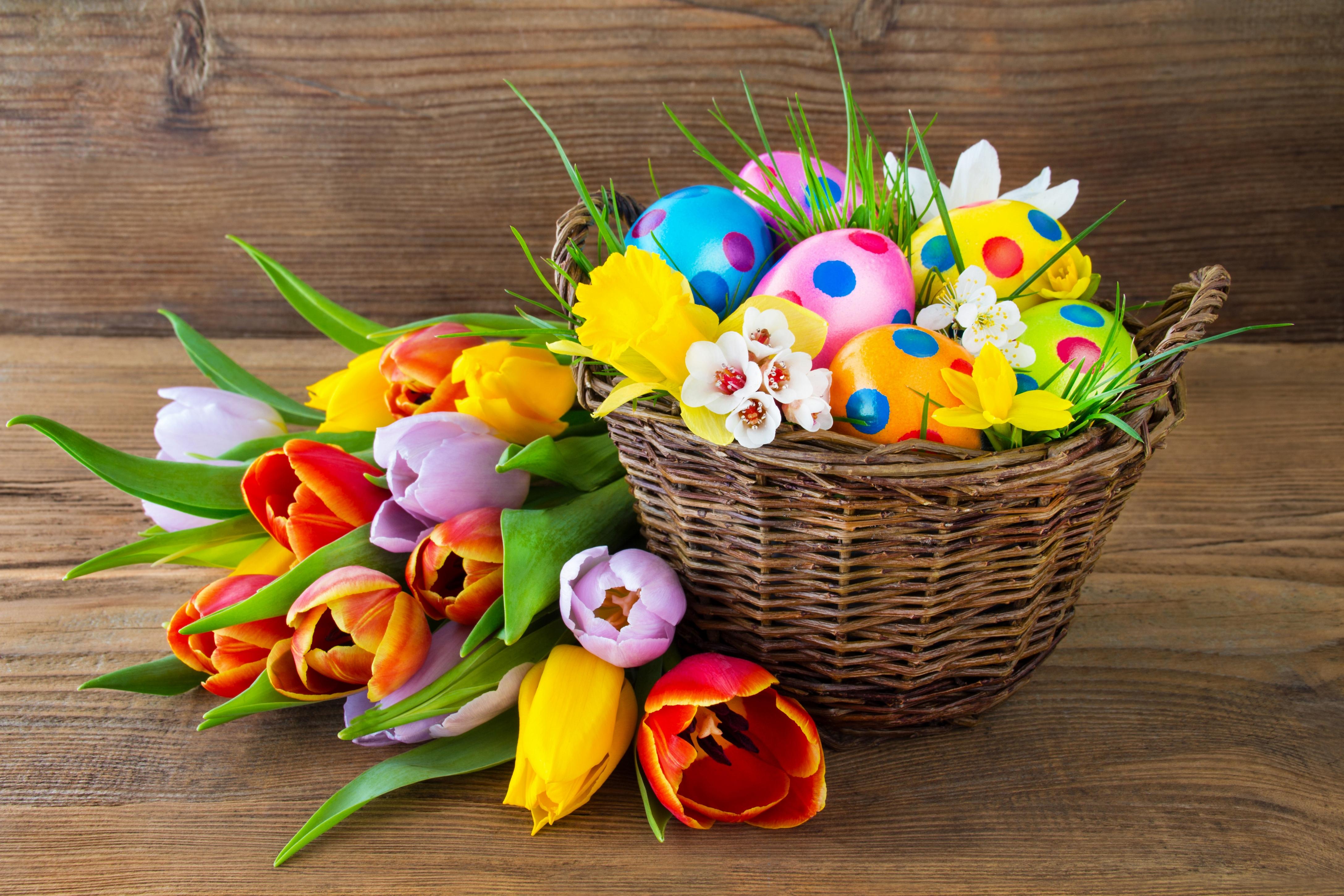 <p>Разноцветные яйца в корзине</p>