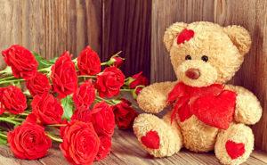 Плюшевый медведь с розами