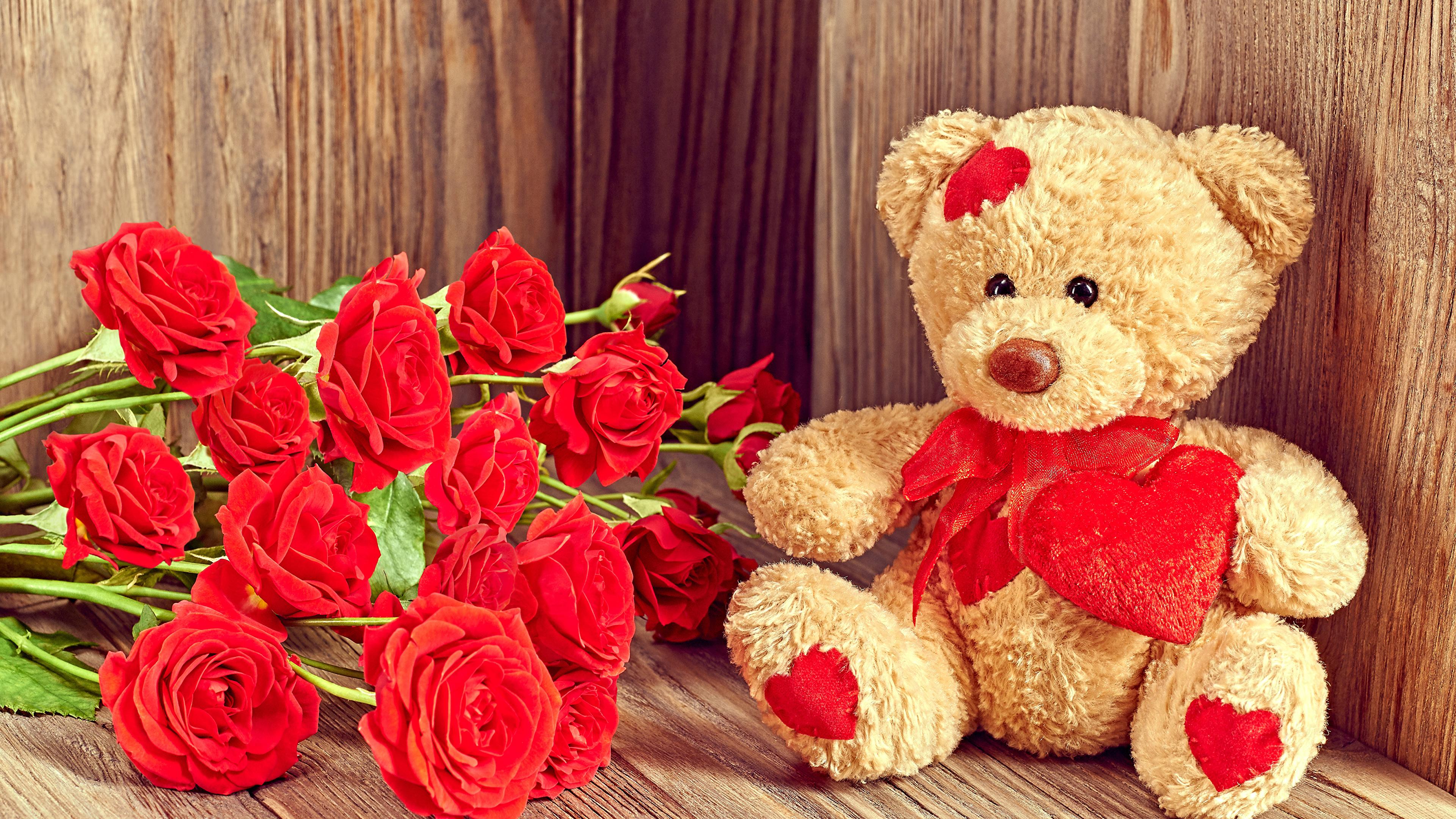<p>Медведь с розами</p>