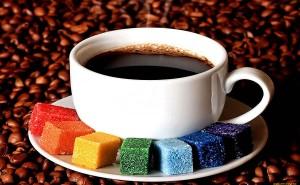 Чашка кофе разноцветный сахар желтый синий зеленый голубой красный фиолетовый