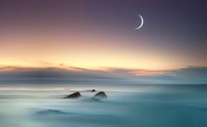 Луна море туман рассвет камни небо