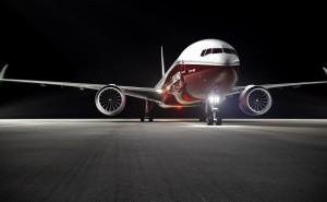 Самолет на взлетной полосе красный свет