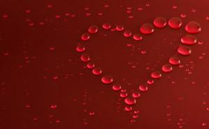 Красный фон сердце из капель любовь романтика обои выского качества скачать на рабочий стол