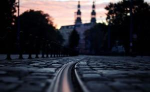 Трамвайный путь в городе вечер обои на рабочий стол города страны высокого качества