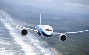 Самолет над берегом полет авиация на рабочий стол