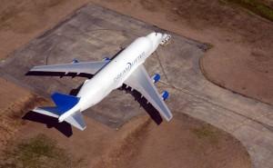 Самолет на взлетной полосе белый синий