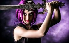 девушка фиолетовые волосы меч