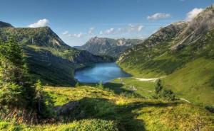 Озеро в горах на рабочий стол обои категории пейзаж скачать высокого качества