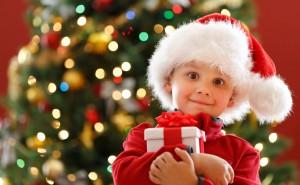 Новый год, ребенок в шапке деда мороза с подарком